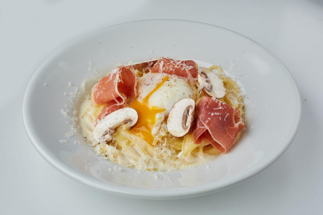 パスタ スペイン産ハモンセラーノと半熟卵のカルボナーラ